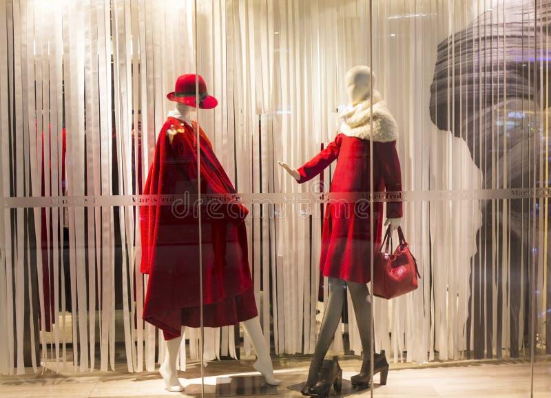 时尚精品店与时装模特的橱窗 免版税图库摄影