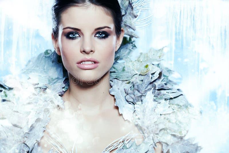 时尚美丽的冬天妇女 免版税库存照片