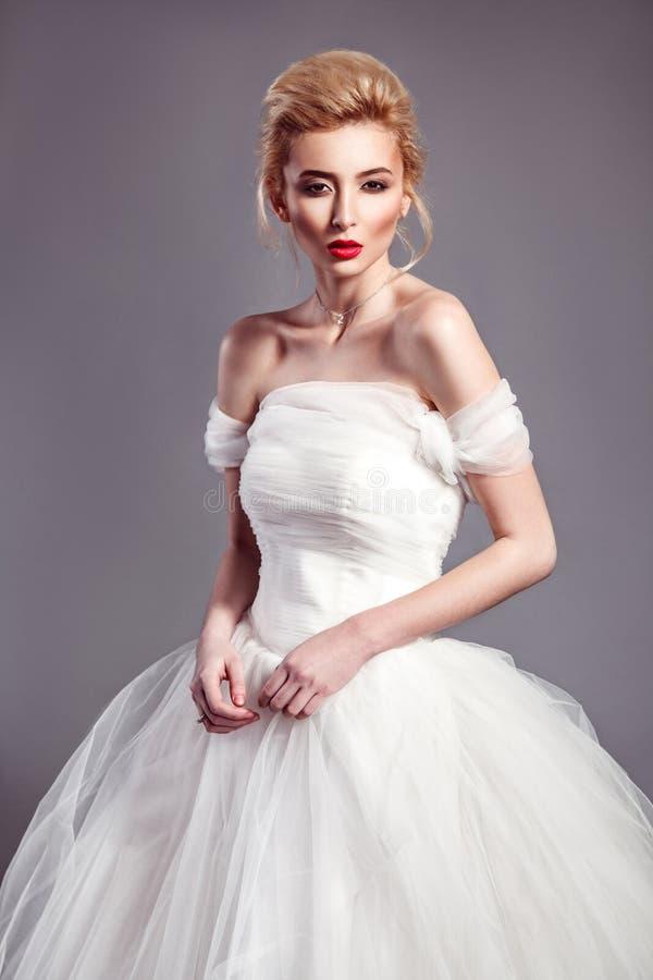 时尚美丽的新娘画象正在流行的样式婚礼博士的 免版税库存图片