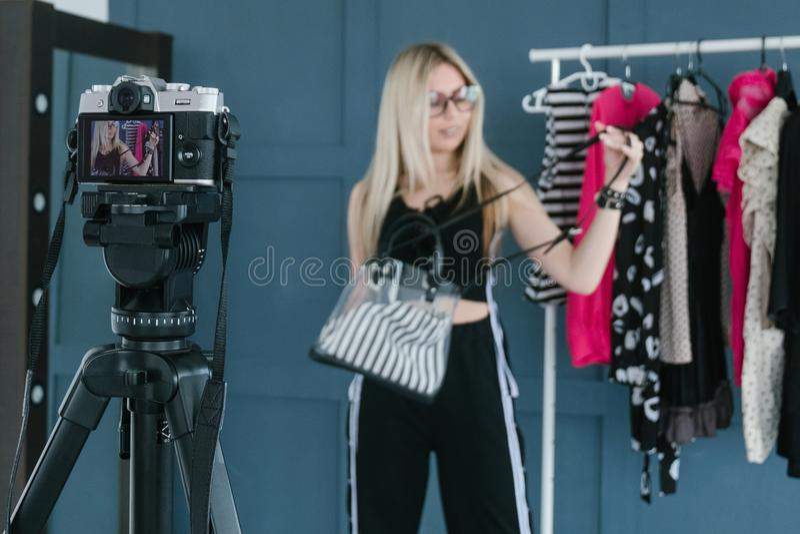 时尚美发师vlog录影放出的陈列室 免版税图库摄影