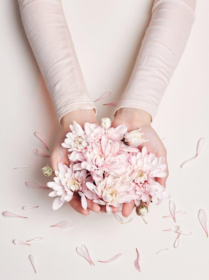 时尚艺术夏天礼服和花的画象妇女在她的有明亮的不同的构成的手上 创造性的秀丽照片女孩 库存图片
