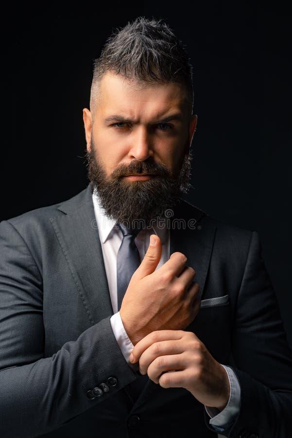 时尚衣服 在经典衣服打扮的富有的有胡子的人 豪华人的衣物 诉讼的人 商人信心 库存照片