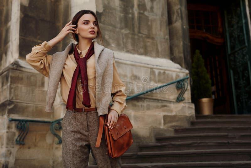 时尚衣裳 室外的时装的美丽的妇女 库存图片