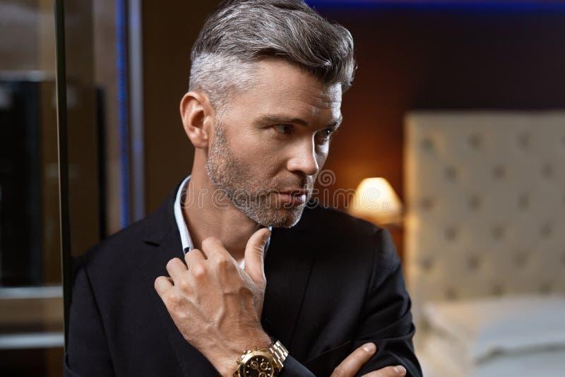 时尚豪华内部的英俊的人 富裕的生意人 免版税库存图片