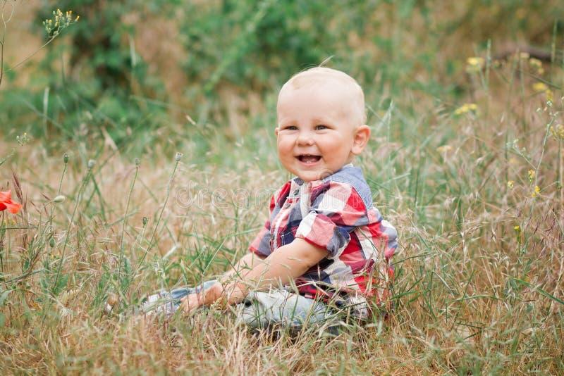 时尚走在草的男婴 免版税库存照片