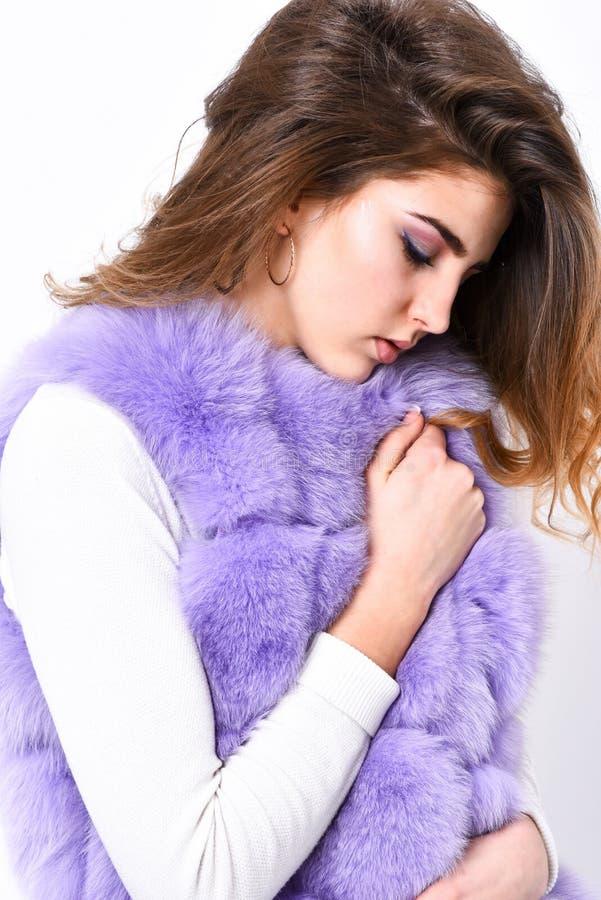 时尚趋向概念 女孩卷曲发型享用软的温暖的紫罗兰色毛茸的外套 紫罗兰色毛皮背心时装 妇女 免版税库存图片