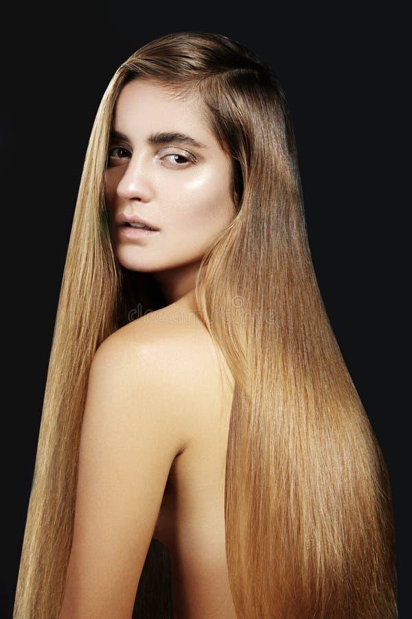 时尚长的头发 美丽的女孩 健康平直的发光的发型 秀丽妇女模型 光滑的沙龙发型 库存图片