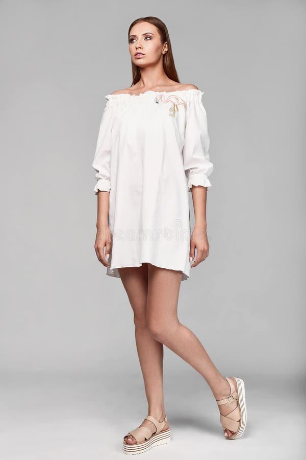 时尚魅力时髦的妇女画象白色裙子的 免版税库存照片