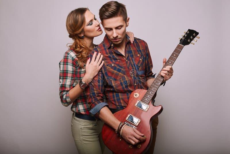时尚魅力时髦的行家年轻人夫妇画象  免版税库存图片