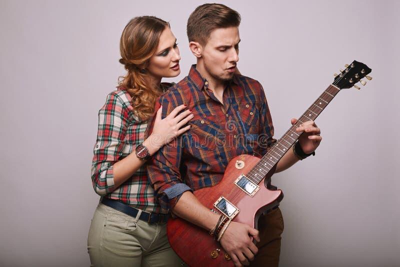 时尚魅力时髦的行家年轻人夫妇画象  库存照片