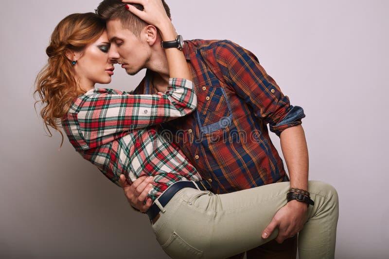 时尚魅力时髦的行家年轻人夫妇画象  免版税库存照片