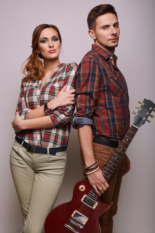时尚魅力时髦的行家年轻人夫妇画象  库存图片