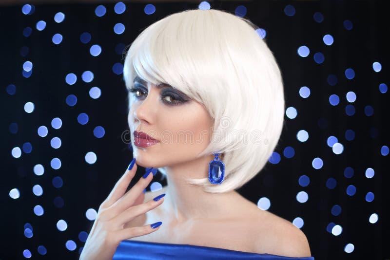 时尚鲍伯白肤金发的女孩 秀丽构成画象妇女 白色Shor 库存照片