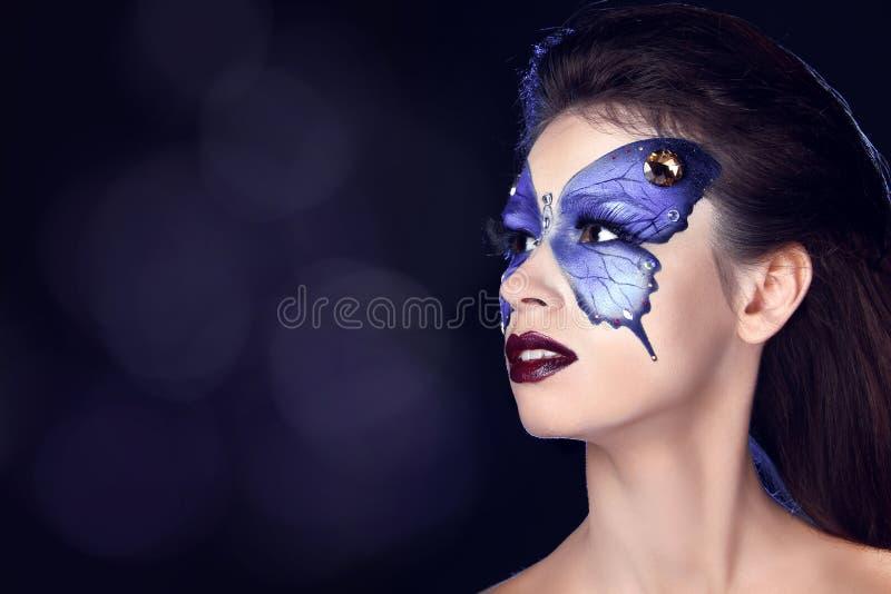 时尚组成。在面孔美丽的妇女的蝴蝶构成 免版税图库摄影