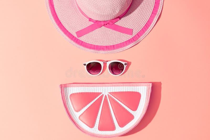 时尚晴朗的夏天集合 热的海滩震动 最小 库存照片