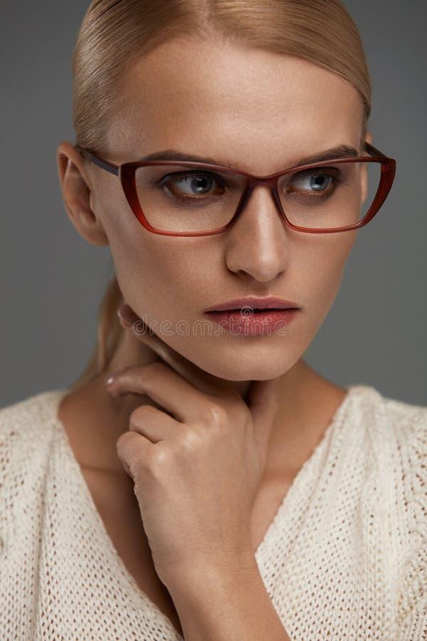 时尚玻璃的妇女 时髦的镜片的美丽的女性 图库摄影