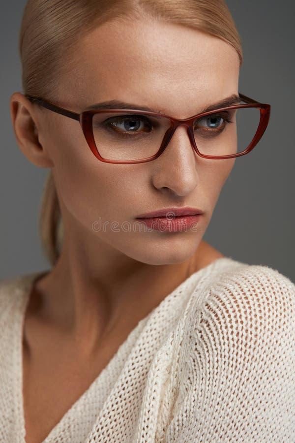 时尚玻璃的妇女 时髦的镜片的美丽的女性 免版税库存照片