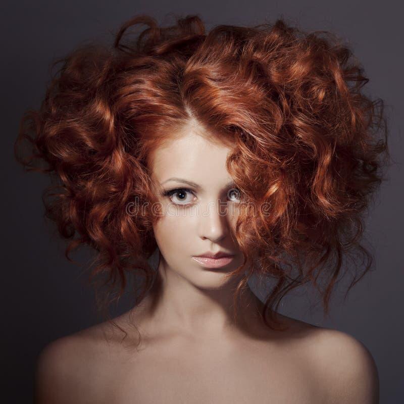 时尚画象。美丽的妇女。卷发。 免版税库存图片