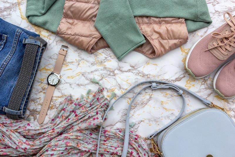 时尚women& x27;s衣裳,热带在米黄白色大理石背景设置的叶子时髦辅助部件 时髦的偶然成套装备 图库摄影