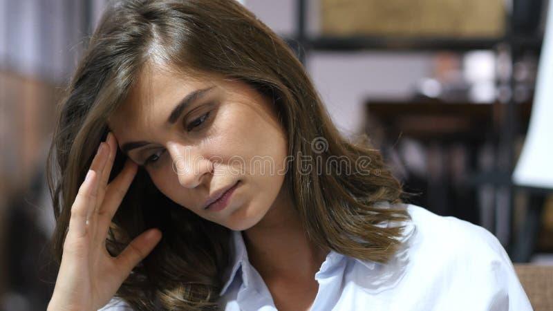 时态,被注重的女孩在工作,画象 免版税库存照片