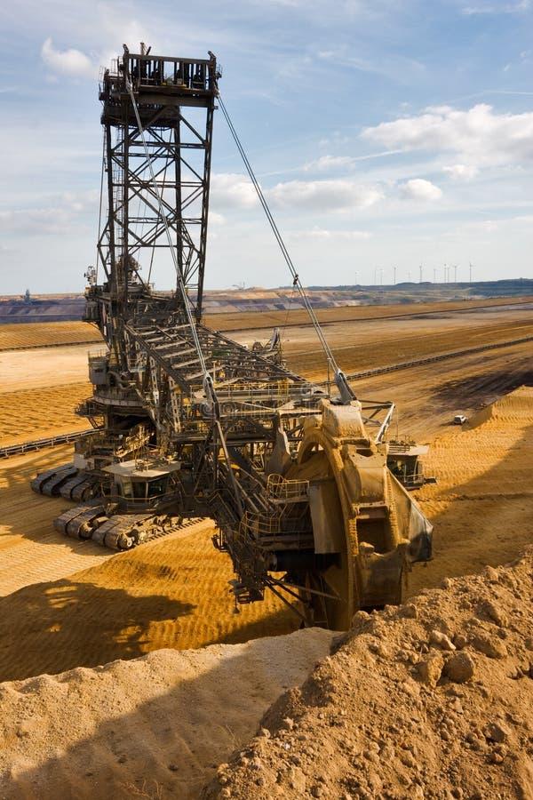 时段挖掘机巨人轮子 免版税库存图片