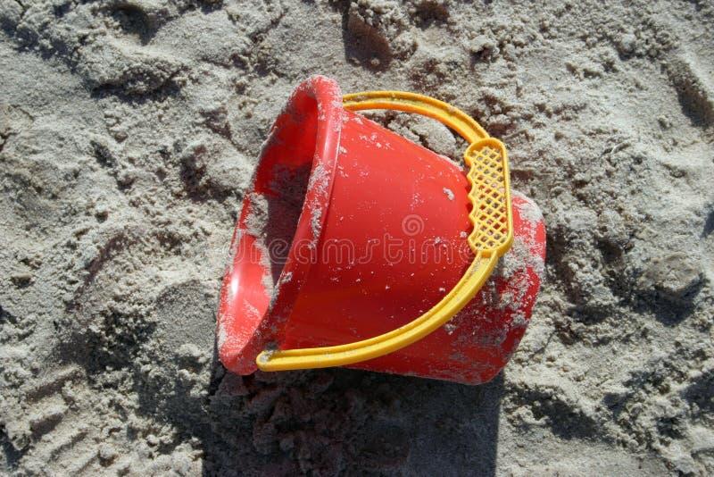 Download 时段红色 库存图片. 图片 包括有 时段, 玩具, 塑料, 海岸, 火箭筒, 布琼布拉, 黄色, 红色, 使用 - 193341