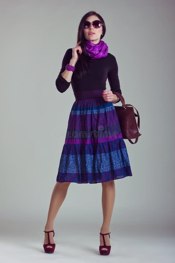 时装杂志射击 给时兴的女孩穿衣 免版税库存照片