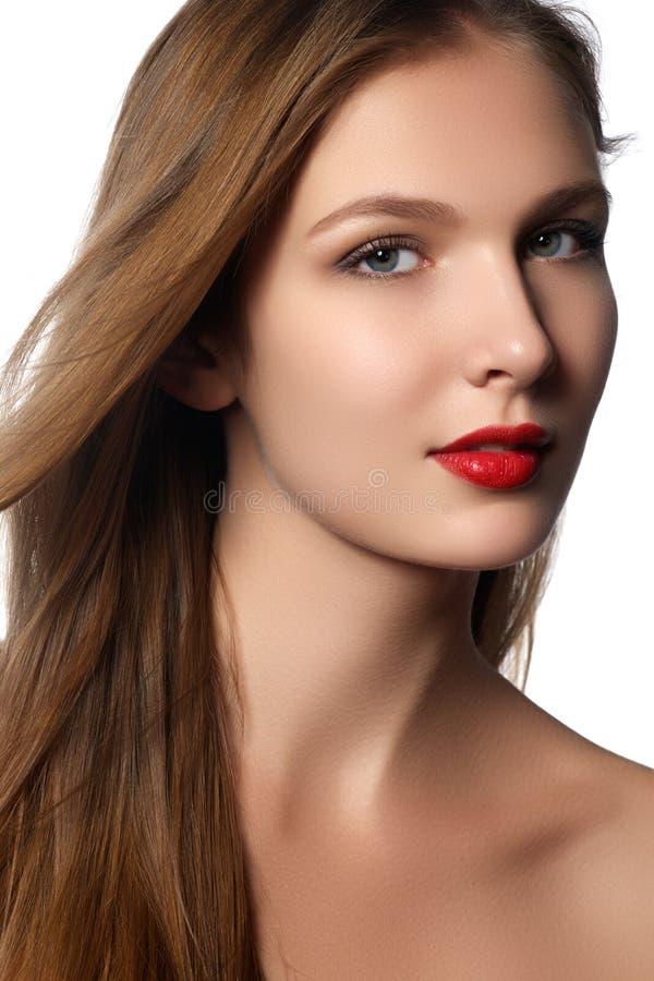 时装模特儿与长的吹的头发的女孩画象 免版税库存照片
