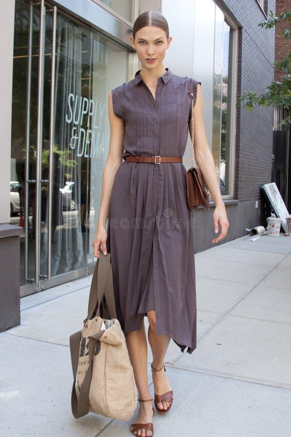 时装模特儿卡莉・克劳斯街道样式 免版税库存图片