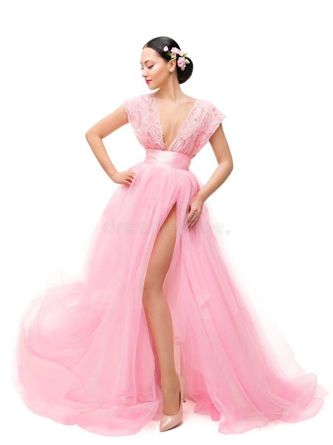 时装模特儿在龙平礼服,亚洲在褂子的妇女秀丽全长画象在白色 免版税图库摄影