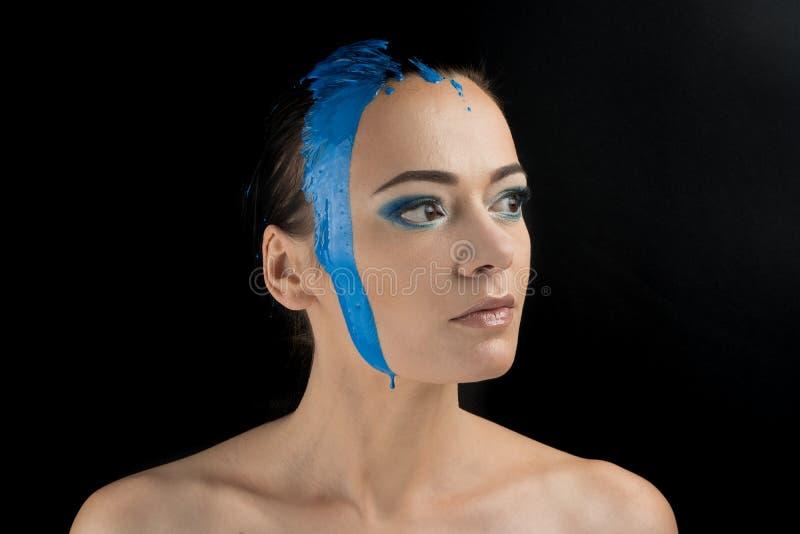 时装模特儿女孩五颜六色的面孔油漆 秀丽时尚美女艺术画象有流动的液体油漆的,抽象构成 免版税库存图片