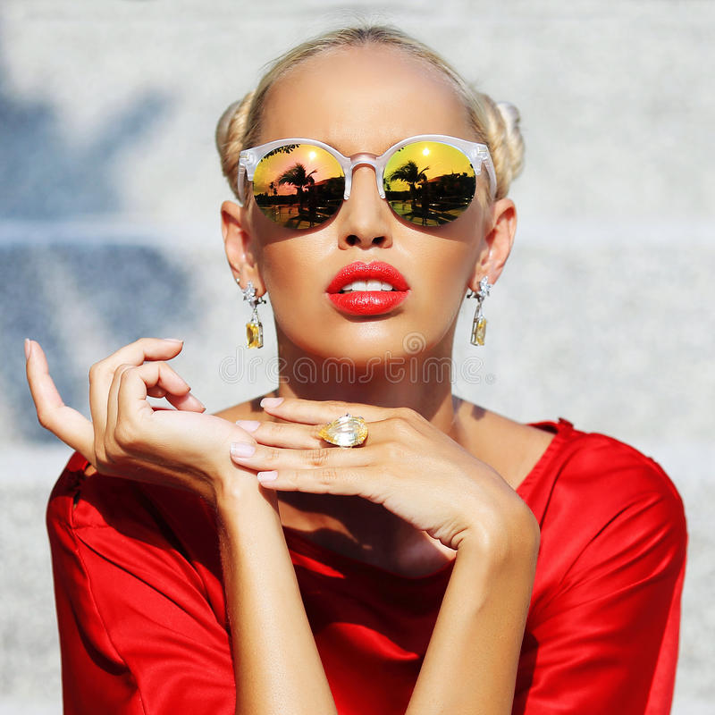 时装模特儿女孩 摆在室外i的秀丽时髦的白肤金发的妇女 免版税图库摄影