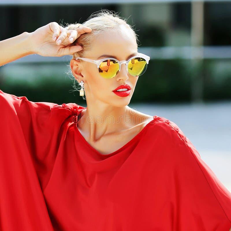 时装模特儿女孩 摆在室外i的秀丽时髦的白肤金发的妇女 库存照片