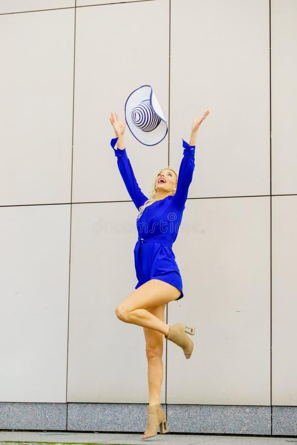 时装模特儿投掷的帽子 免版税库存照片