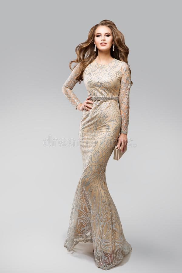 时装模特儿晚上闪烁的银色礼服,闪耀的褂子的,秀丽在白色的演播室画象典雅的魅力妇女 免版税库存图片