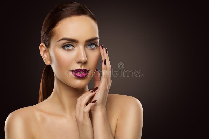 时装模特儿秀丽画象、美丽的构成嘴唇和钉子,面孔皮肤护理 免版税库存照片