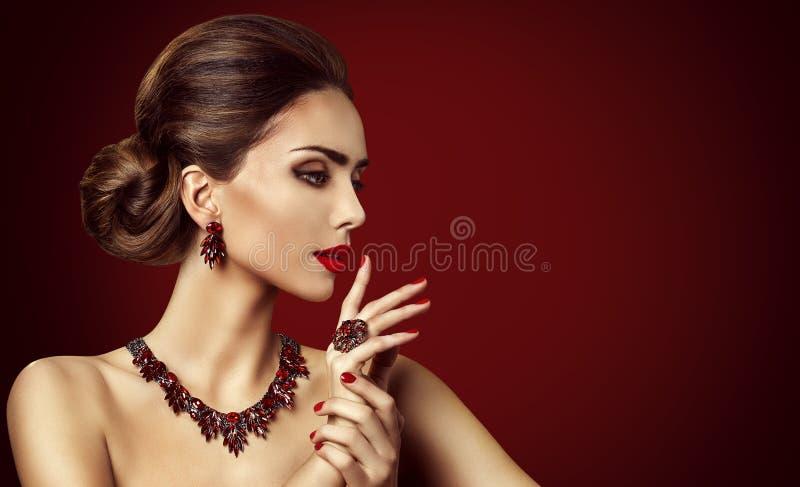 时装模特儿红色石首饰、妇女减速火箭的构成和红色圆环 免版税库存图片