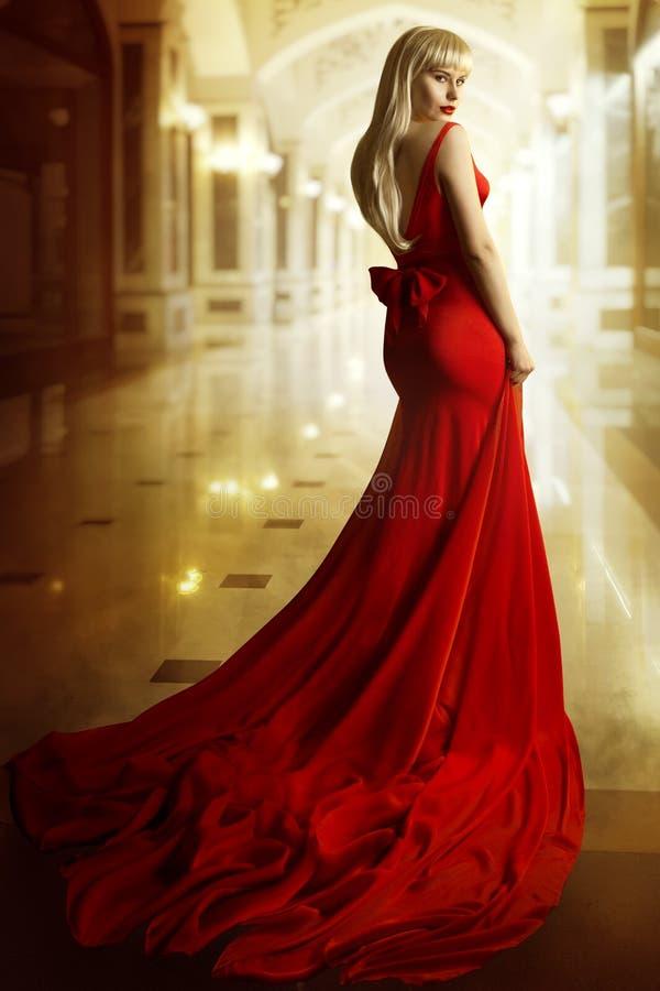 时装模特儿红色礼服,妇女秀丽画象,女孩长的褂子 免版税库存图片