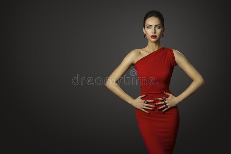 时装模特儿红色礼服,性感的晚礼服的端庄的妇女 图库摄影