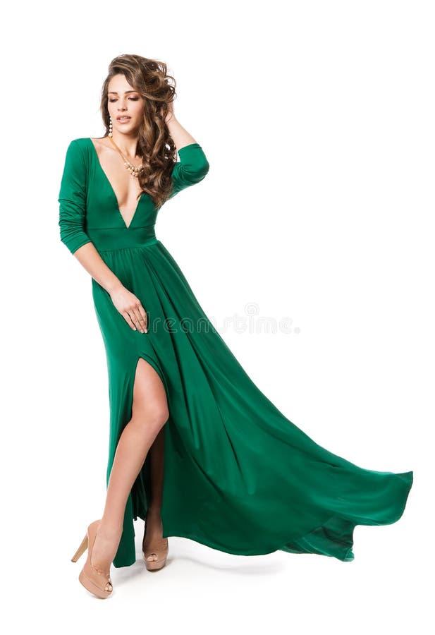 时装模特儿绿色礼服,在白色,长的振翼的褂子的妇女秀丽发型全长画象 库存图片