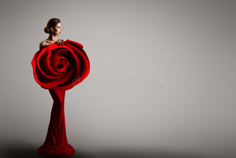时装模特儿罗斯花礼服,端庄的妇女红色艺术褂子,秀丽画象 免版税库存照片