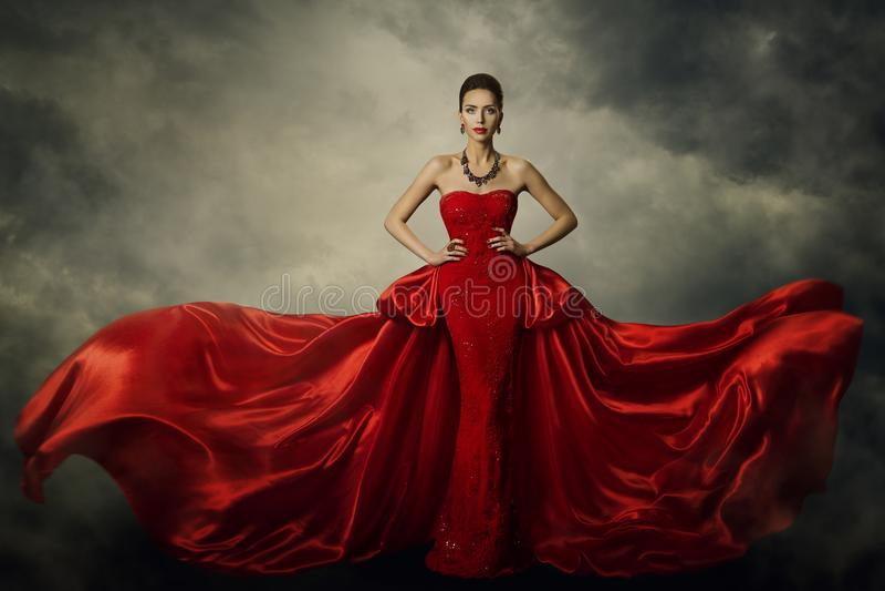 时装模特儿艺术礼服,端庄的妇女红色减速火箭的褂子 图库摄影
