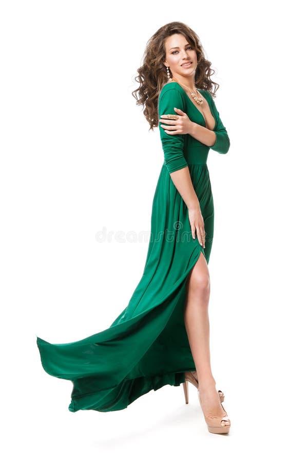 时装模特儿长的礼服,在白色,长的振翼的褂子的妇女秀丽发型全长画象 库存图片