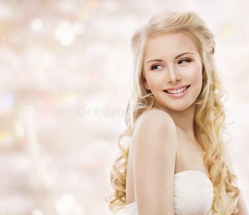 时装模特儿长的金发,妇女秀丽画象,愉快的女孩 免版税库存图片