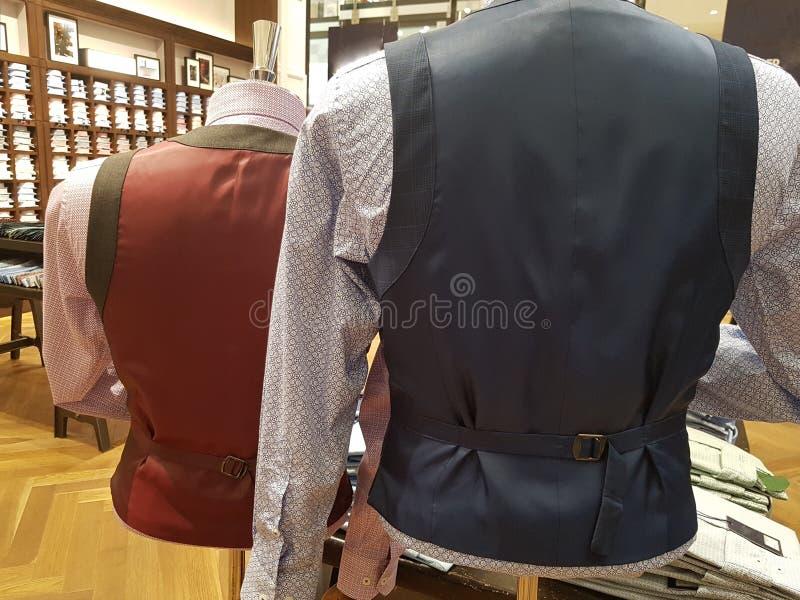 时装模特后面的图片  在显示的衣物在时装模特 商人的服装店 时尚背景 图库摄影