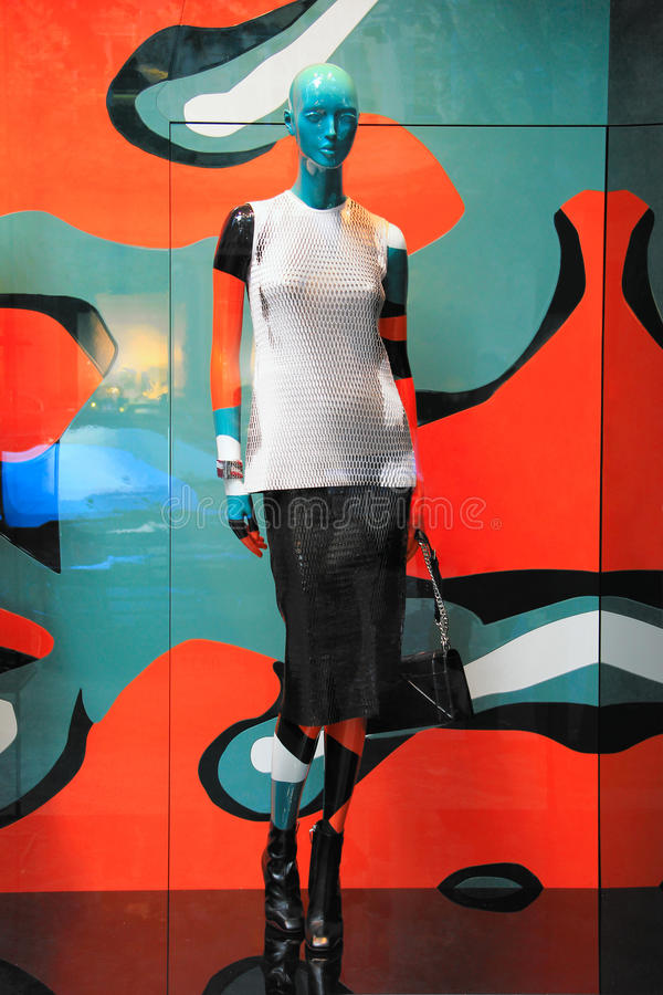 时装模特在一个现代五颜六色的商店窗口里由流行艺术启发了 免版税库存照片