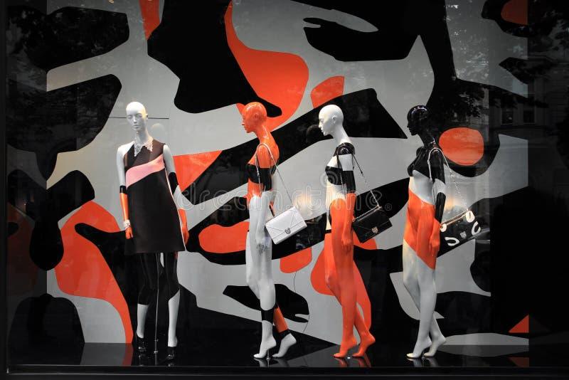 时装模特在一个现代五颜六色的商店窗口里由流行艺术启发了 免版税图库摄影