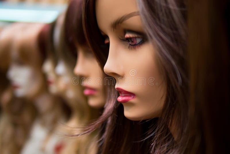 时装模特在假发商店 库存图片