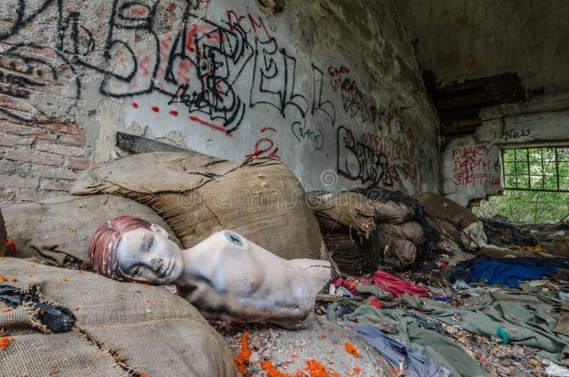 时装模特在纺织品工厂 免版税库存照片