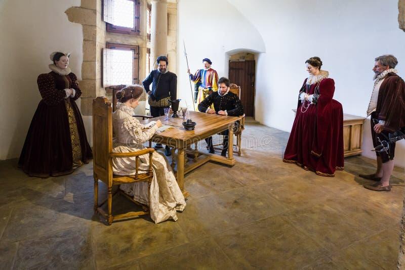 时装模特在Chateau de Sedan城堡大厅里  免版税图库摄影